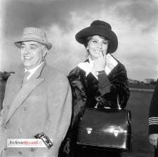 Sophia Loren - 1960 - in partenza per Madrid - con Carlo Ponti - 069[2]