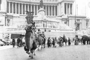 Storica sfilata dei Re Magi da Piazza Venezia verso i 100 Presepi a Piazza del Popolo Roma